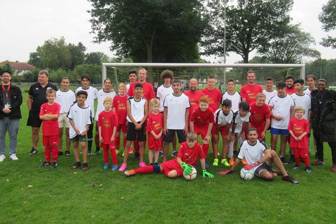 """Ein Riesenspaß: """"Internationale"""" Kicker-Truppe trifft auf Inklusions-Team"""